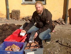 Skärvor av kakelugnar funna vid utgrävningen av Stadshuset