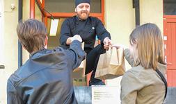Gymnasielever hämtar sin lunch i grundskolornas kök