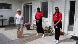 Feriearbetande ungdomar levererar bokkassar