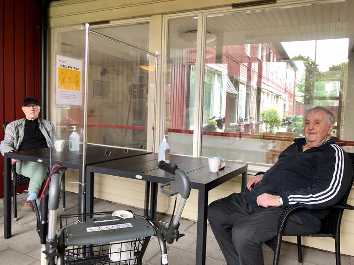 Möte bakom plexiglas gör äldre på Åkerhus gladare