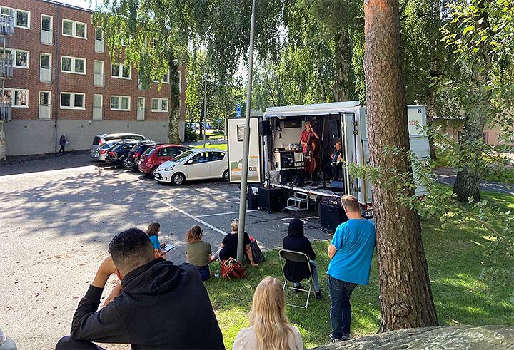 Många vill lyssna på konserten i det fina vädret. Foto: Kajsa Sandin.