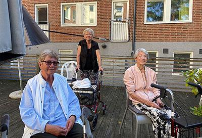 Vännerna Anita Sjöström, Sonja Persson och Yvonne Olsson bor inte på Sekelbo äldreboende, men passar på att lyssna på livemusik.