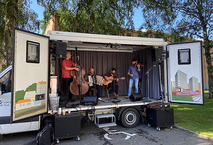 Gruppen Quarttango bjuder på konsert från Östra Göteborgs demokratibuss. Foto: Kajsa Sandin.