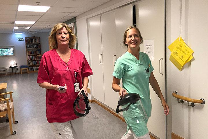 Solveig Aas och Annika Hultberg jobbar på Bagaregårdens korttidsboende, som i våras fick ställa om till att rehabilitera äldre som vårdats på sjukhus på grund av covid-19.
