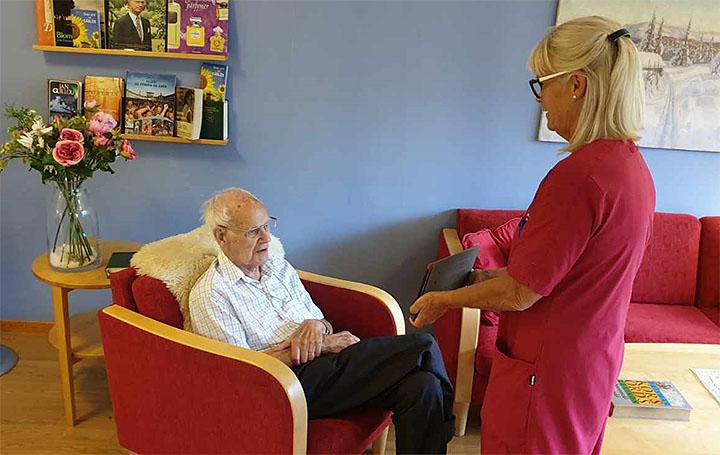 På äldreboendet Dicksons Hus i Örgryte-Härlanda kan de som vill prata med sina anhöriga med hjälp av videosamtal. Ervin Sighed är en som utnyttjar möjligheten. Undersköterskan Elisabeth Berntsson hjälper till att hålla i surfplattan.