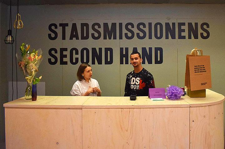 Ungdomar på praktik i Stadsmissionens second handbutik.