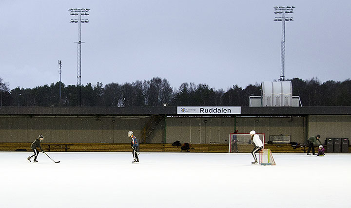 Skridskoåkare på bandybana i Ruddalen, foto: Johanna Klasén.