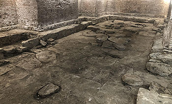 Välbevarat stengolv i bastionen Carolus Rex.