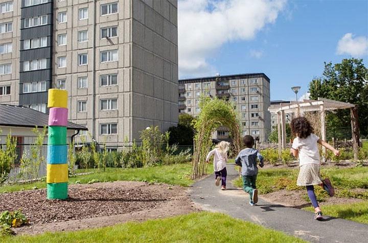 Barn som springer i ett bostadsområde.