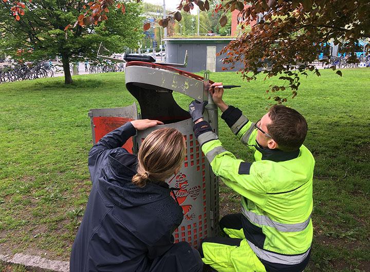 Sensor monteras på en papperskorg i Slottsskogen.