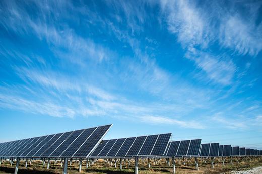 Sveriges största solcellspark får sin första panel